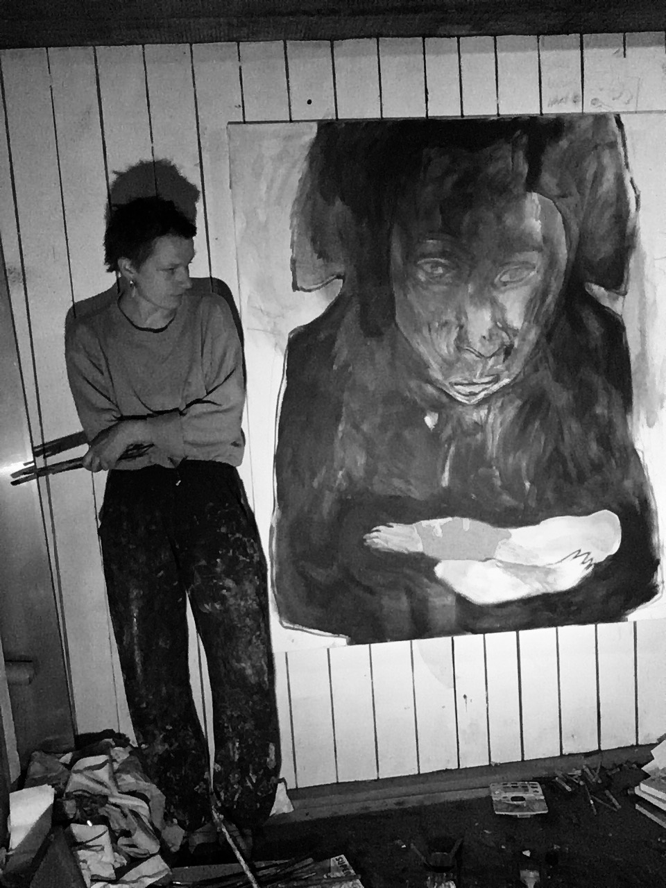 zeigt Jeanne Jacob neben gemahltem Selbstportrait